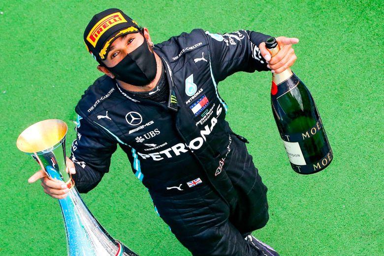 Lewis Hamilton (Inggris/Mercedes) pemimpin klasemen sementara dan diprediksi juga pemimpin di akhir musim. (Foto: straittimes)