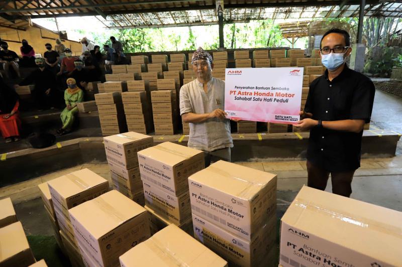 Bantuan sosial untuk pekerja seni di Saung Angklung Udjo, Bandung dari PT Astra Honda Motor