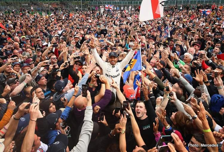 Lewis Hamilton di antara pendukung fanatiknya di Silverstone, momen yang tak bisa terjadi kali ini. (Foto: mercedes)