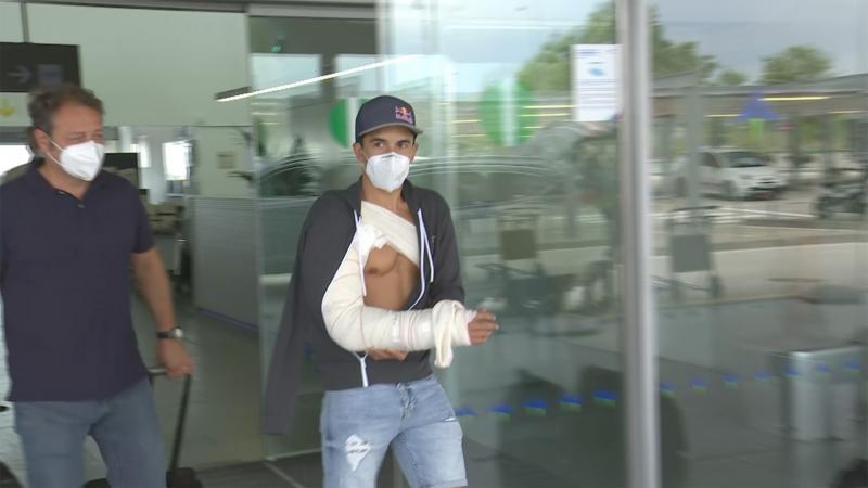 Marc Marquez saat memasuki rumah sakit di Barcelona. (Foto: motogp)