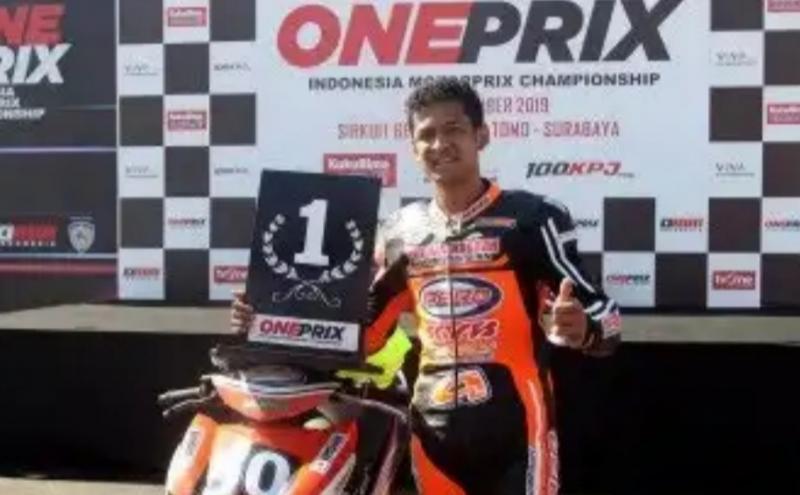 Rafid Topan saat meraih P1 di kejurnas balap motor Oneprix 2019 di sirkuit Bung Tomo Surabaya, inginkan balapan Oneprix dan IMS bisa jalan tahun ini. (foto : 100 kpj)