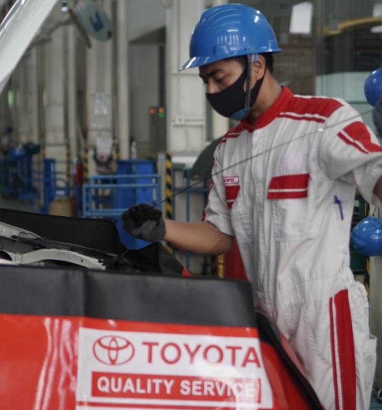 Mekanik Auto2000 sedang memeriksa kondisi oli kendaraan pelanggan