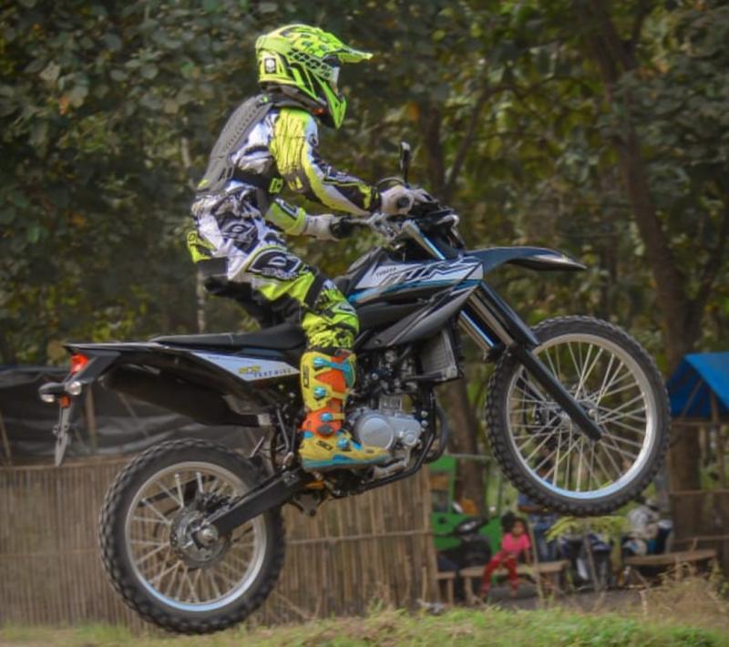 Crosser Atan Janatan melakukan latihan fisik menggunakan Yamaha WR 155 R