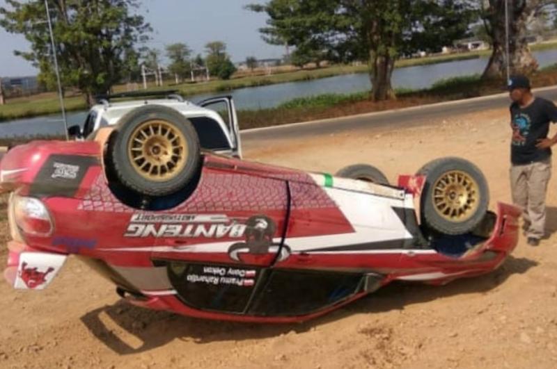 Subaru yang digeber pembalap Aldio Oekon terbalik di lintasan sprint rally Meikarta, Cikarang, Jawa Barat hari ini