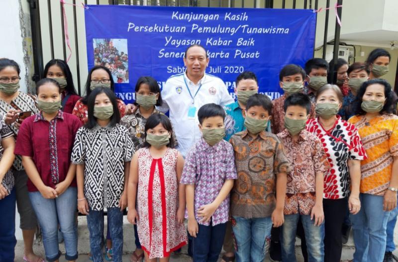 Anondo Eko (tengah) bersama anak singgah di Yayasan Dongan Dongan Naborju Jakarta