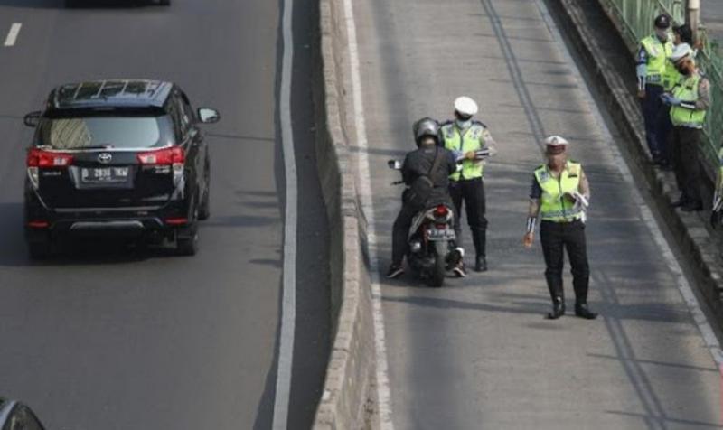 Masih banyak pengendara motor menerabas jalur busway, dengan alasan hindari macet. (foto : ist)