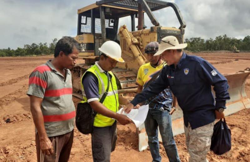 Dadan HP Suriadinata dari IMI Pusat (kanan) tengah memberikan instruksi kepada pelaksana pembangunan sirkuit motocross Merauke untuk PON Papua. (foto : ist)