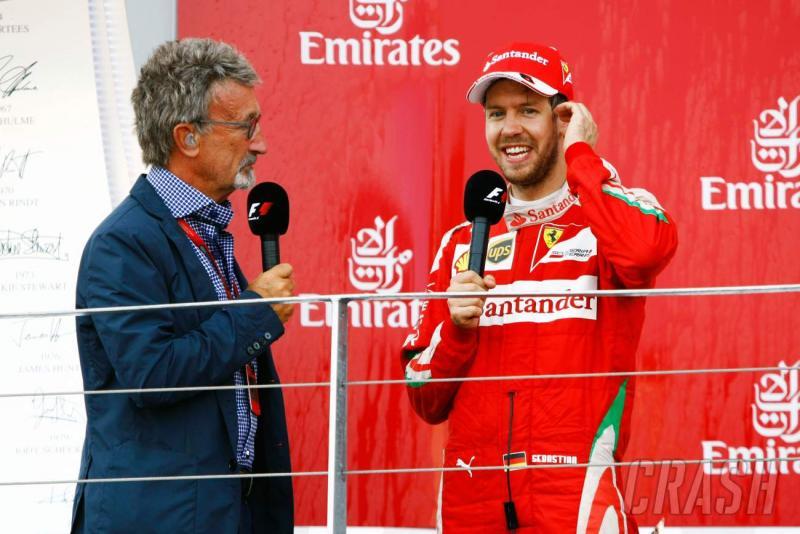 Eddie Jordan kala mewawancarai Sebastian Vettel di podium F1. (Foto: crash)