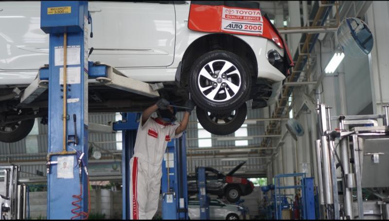 Mekanik Auto2000 sedang melakukan perawatan kendaraan Toyota pelanggan