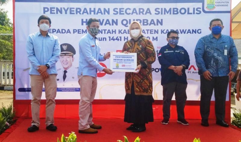 Penyerahan secara simbolis hewan kurban dari Astra Daihatsu Motor kepada Pemda Karawang, Jawa Barat