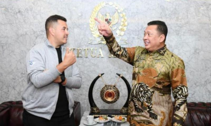 Rifat Sungkar (kiri) bersama Ketua MPR-RI Bambang Soesetyo di gedung DPR/MPR Senayan Jakarta baru-baru ini