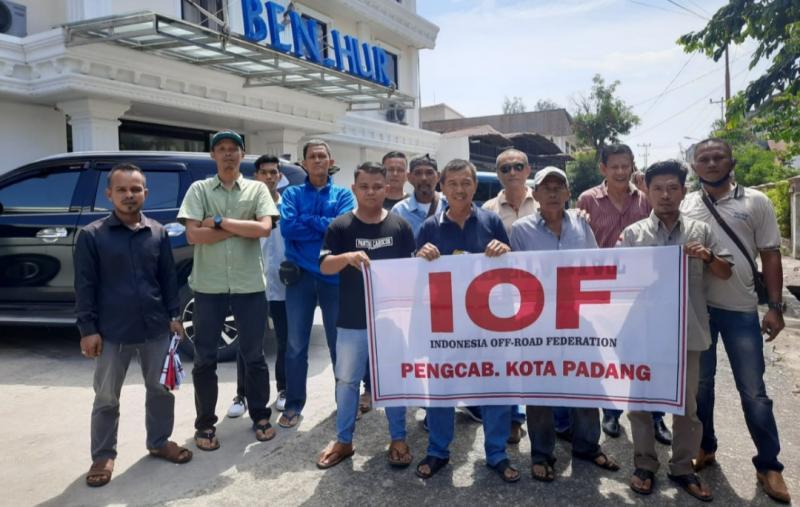 Inilah personel cikal bakal terbentuknya Pengcab IOF Padang. (foto : ende).