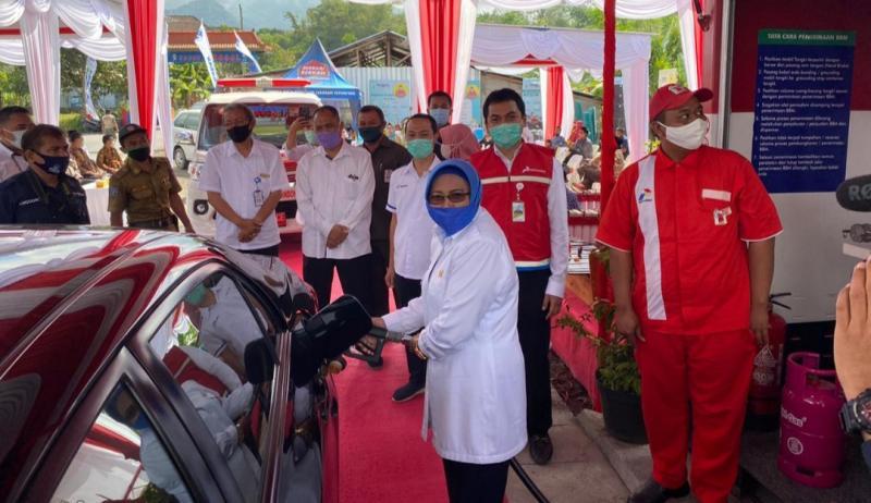 Pengisian BBM ke tangki kendaraan menandai peresmian 6 Pertashop di Daerah Istimewa Yogyakarta