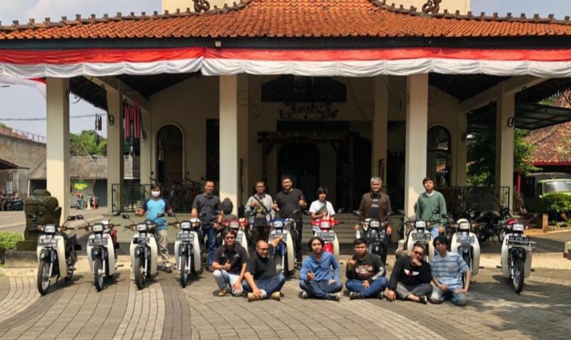 Kongkow dan foto bareng komunitas Astrea Prima orisinil dengan latar belakang sasono Balai Sarwono, Jeruk Purut, Jakarta Selatan
