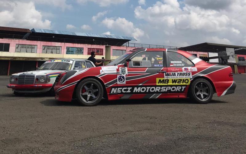 Dua mobil Ari Aumos siap berkompetisi di ISSOM 2020, dengan suntikan sponsor baru