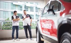 Rifat Sungkar bersama Naoya Nakamura (Presdir PT MMKSI) ngegosip tentang mobil rally Mitsubishi Xpander AP4