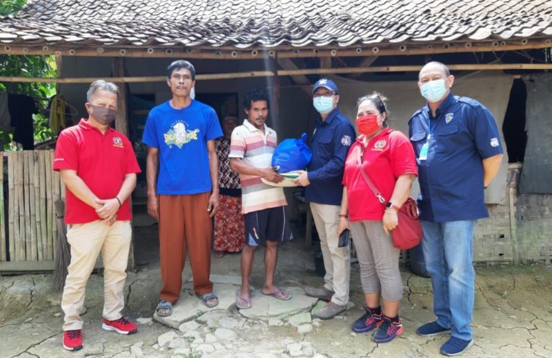Ketum IMI Pusat Sadikin Aksa memberikan bantuan sembako kepada warga Desa Sukasari, Jonggol, Bogor, Rabu (5/8/2020) hari ini