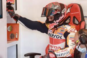 Marc Marquez (Honda) acap menggantung tangan kanannya saat di GP Andalusia, pertanda belum pulih. (Foto: therace)
