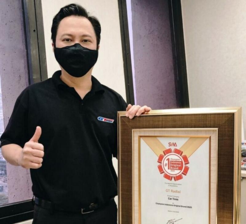 Leonard Gozali sebagai Head of Marketing Division PT Gajah Tunggal Tbk bersama Original Brand Award 2020 yang diraih. (foto : dok PT Gajah Tunggal)