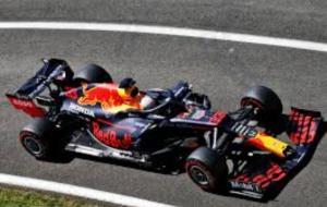Max Verstappen di atas RB16, masih kalah jauh dari Mercedes W11. (Foto: racefans)