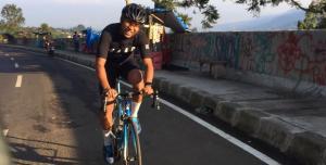 Haridarma Manoppo saat gowes menuju Puncak Pass di Bogor, Jawa Barat