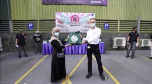 Patrick Schwind, selaku Presiden Direktur PT Mercedes-Benz Indonesia menyerahkan donasi kepada masyarakat Wanaherang, Bogor.