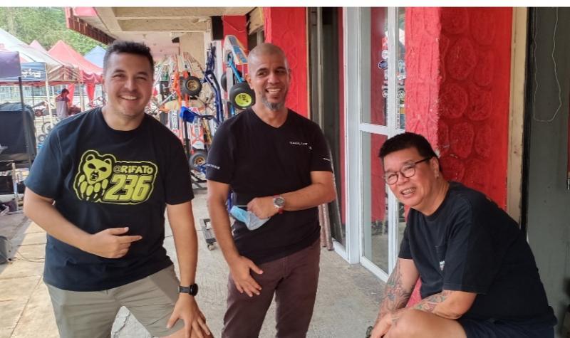 Dari kiri Rifat Sungkar, Faris Lutfi dan Okky Dewanto. Semua karena gokart. (foto : bs)