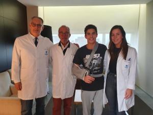 Marc Marquez (Repsol Honda), masih wajib rehabilitasi dan kontrol medis karena patah tulang tangannya. (Foto: gpone)