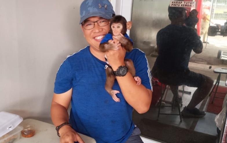 Bennydictus Kurniawan Sulistio bersama Beruk. Penyayang binatang
