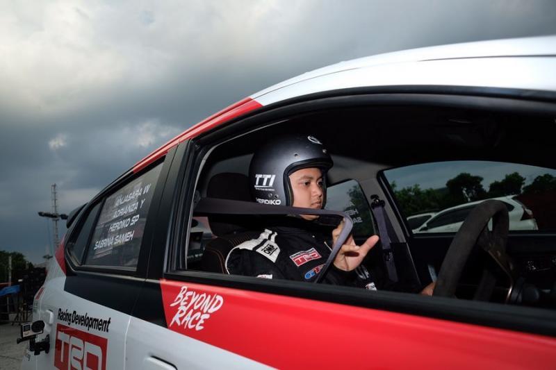 Herdiko peslalom Toyota Team Indonesia yang mengisi vakum event dengan bermain simulator dan bersosialisasi dengan komunitas slalom