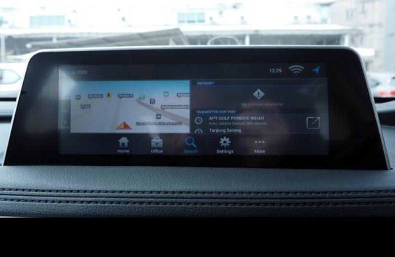 Tersedia head unit pintar layar sentuh 9 inci dengan bermacam-macam menu mulai dari hiburan, GPS, sampai dengan sumber dari fitur voice command i-Talk.