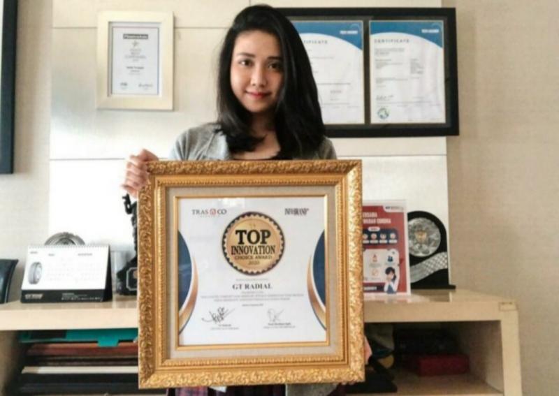 Swenanda Yoanne Maria selaku Marketing Communication PT Gajah Tunggal bersama penghargaan Top Innovation Choice Award 2020 yang baru diterimanya. (Foto : dok pt gajah tunggal)
