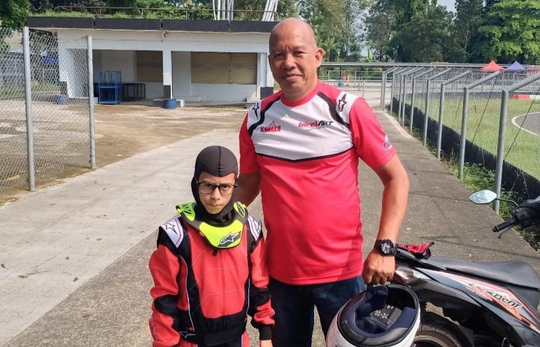 Almarhum Mursid Kamil dengan salah satu pegokart pemula asuhannya. Foto diambil 3 minggu lalu di SIKC. (foto : bs)