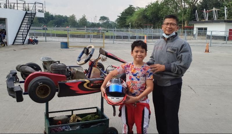 Ghaisan dan sang ayah Aa Gym. Harus seimbang antara balap dan ilmu agama. (foto : bs)