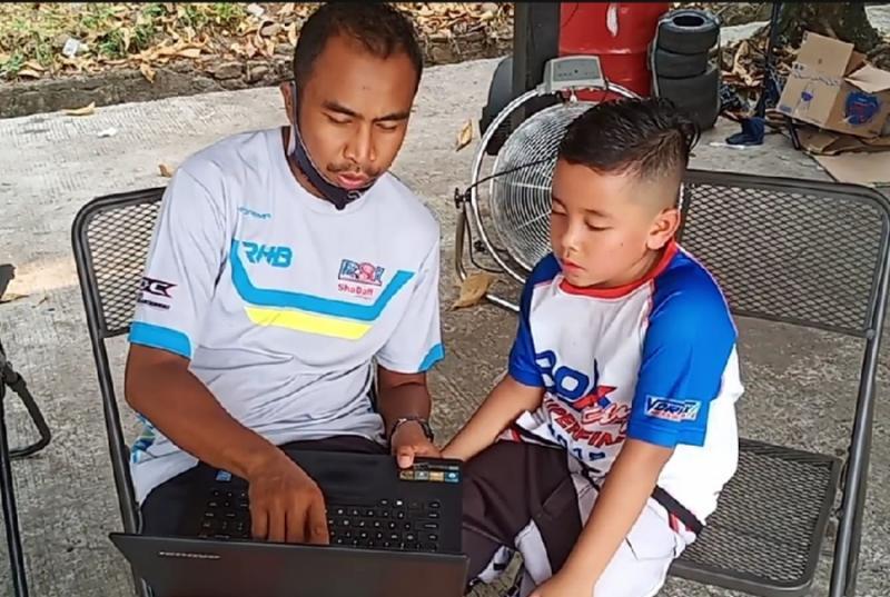 Ibam mendengarkan serius feed back coach Haridarma terkait progress yang dilakukan usai latihan. (foto : bs)