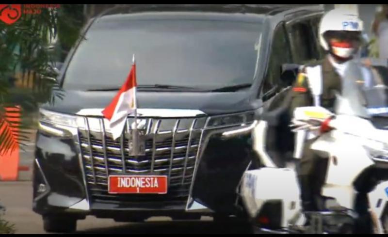 Presiden Jokowi menumpang Toyota Alphard, bukan Mercedes-Benz pada upacara HUT RI ke-75 ke Istana Negara Bogor. (foto : setneg)