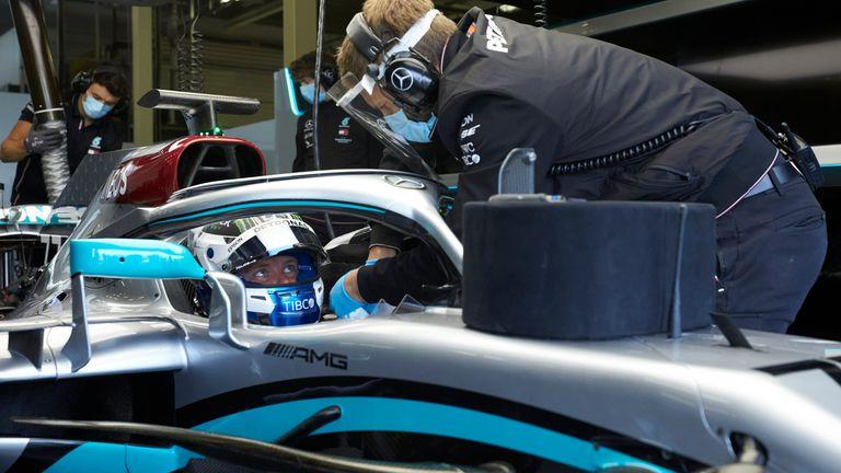 Kru di dalam garasi tim Mercedes, wajib maskeran dan jaga jarak guna menghadang Covid-19. (Foto: skysport)