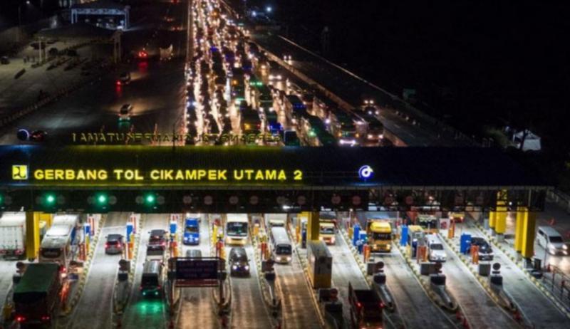 Kepadatan kendaraan menuju Jakarta terpantau dari gate Cikampek Utama, Purwakarta. (foto : antara)