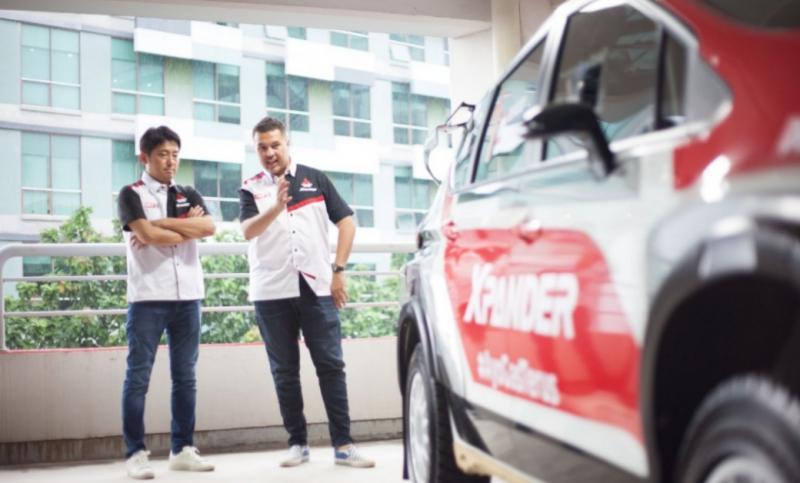 Rifat Sungkar menjelaskan kepada Naoya Nakamura (Presdir PT MMKSI) terkait mobil rally Xpander AP4, yang juga ditampilkan pada IOOF 2020