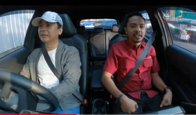 Raditya Dika bersama jurnalis Tribowo Laksono di Car Unboxing IOOF 2020