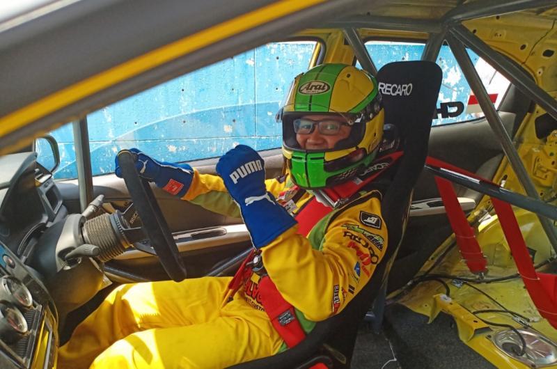 Chandra Charock Kurniawan, pertama ikut balap mobil ISSOM di sirkuit Sentul langsung berhasil naik podium. (foto : wan)