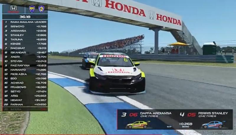 Daffa Ardiansa (mobil hijau) berusaha keras menahan gempuran Ferris Stanley di seri 6 Estoril, HRSC.