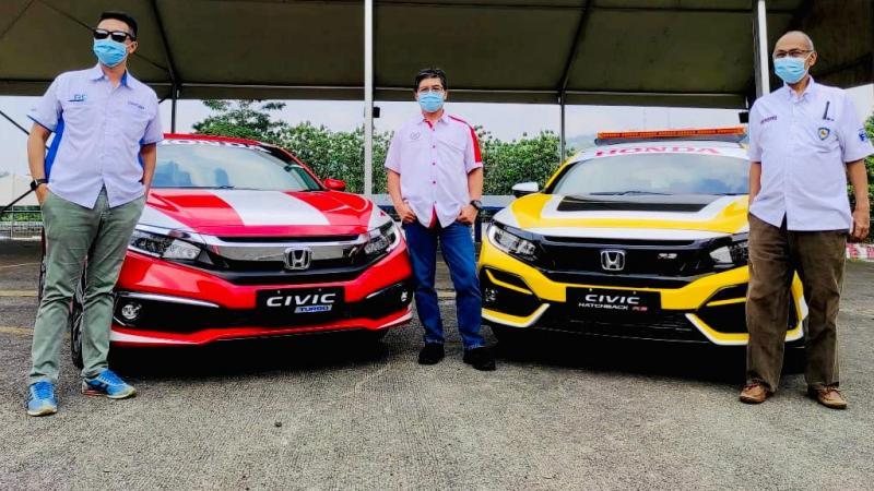 Ario Danu (paling kiri) driver mobil fast doctor di sirkuit Sentul