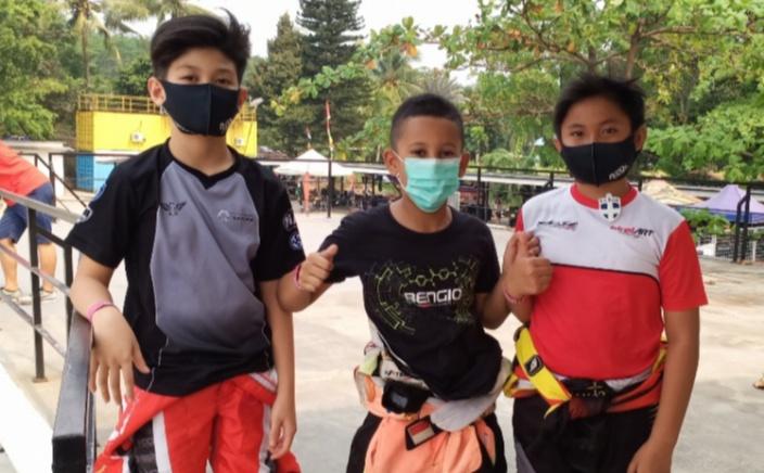 Dari kiri Kimi Rae, Qarrar Firhand dan Febrian Putra Utama, jawara 3 besar kelas Mini Rok. (foto : bs)
