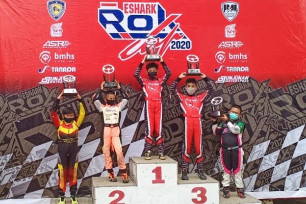 Kimi Rae (tengah) sebagai juara 1 kelas Mini Rok Eshark Rok Cup 2020 seri 4