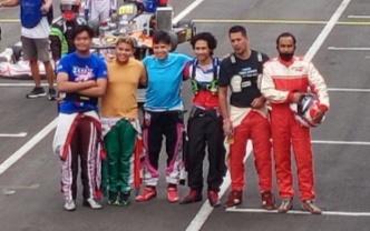Haridarma Manoppo (paling kanan) bersama para pegokart senior sebelum start