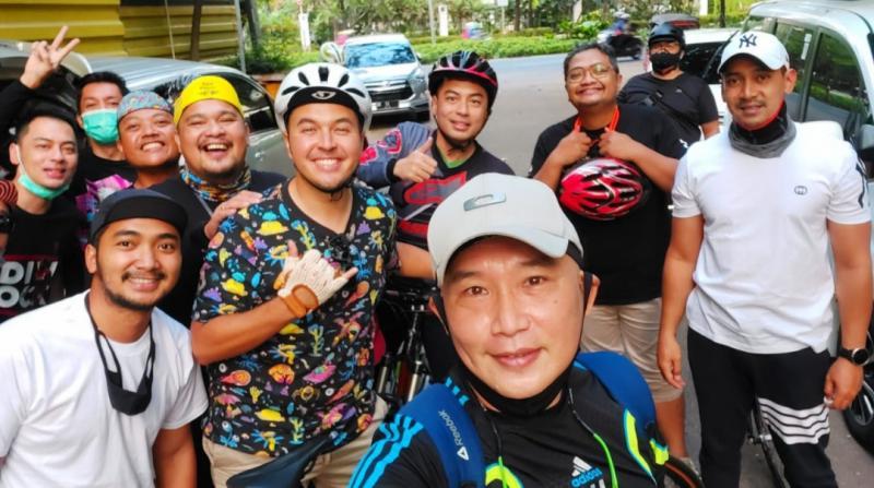 Jimmy Lukita (depan) bersama Rifat Sungkar, M Redwan, Yona, Yoga Martinda cs saat gowes bareng ke Pantai Mutiara