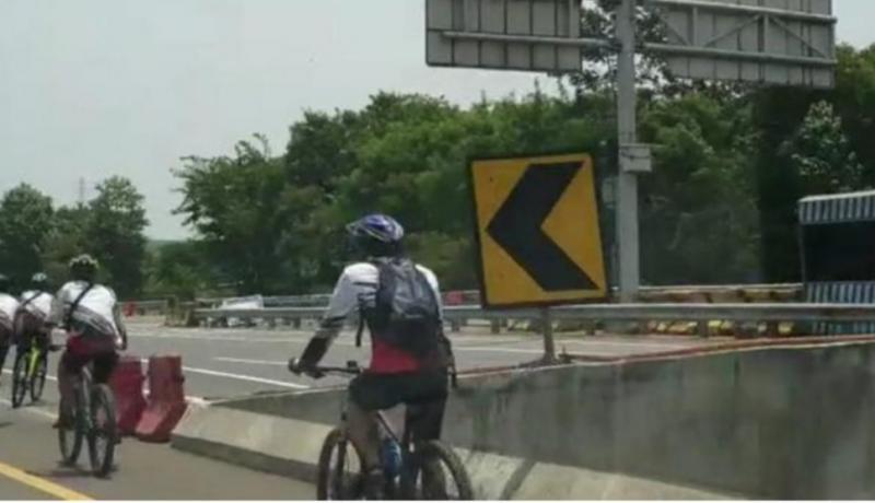 Goweser masuk jalur tol dan kemudian menyeberang mengambil arah berlawanan banyak dikecam komunitas pesepeda