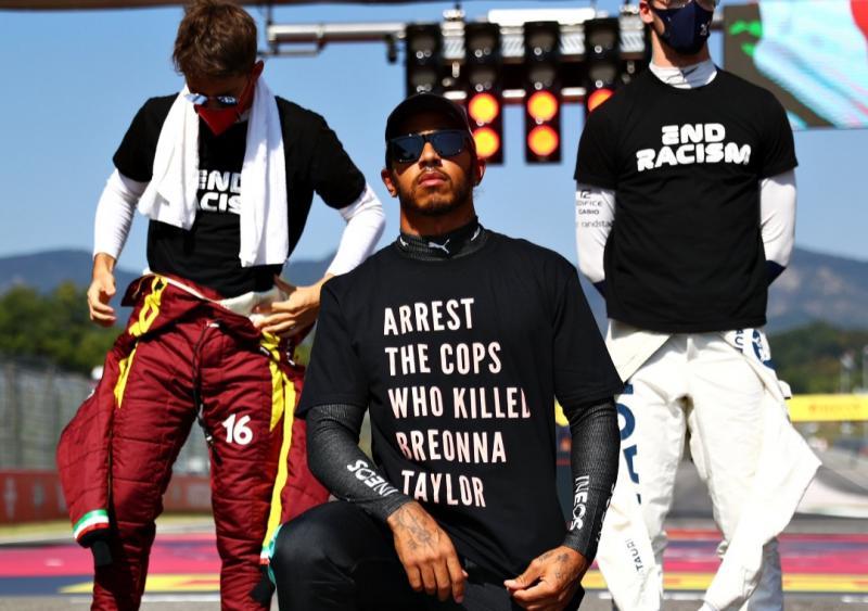 Aksi berlutut sebagai simbol solidaritas yang digalang Lewis Hamilton di F1, nyatanya beberapa pembalap ogah ikut berlutut. (Foto: ist)