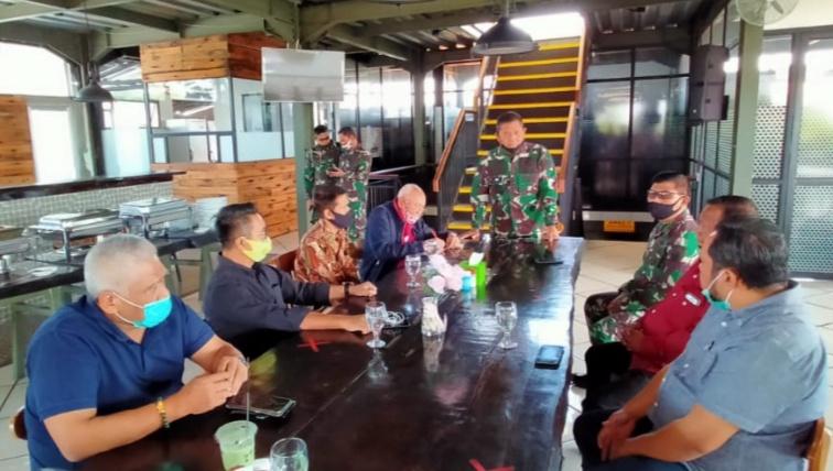 Letjen TNI AM Putranto (berdiri) saat menerima beberapa Ketum IMI Provinsi dan tokoh senior otomotif di Bandung kemarin